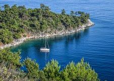 在海湾的大海停住的游艇 免版税库存照片