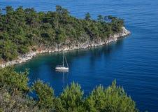 在海湾的大海停住的游艇 免版税库存图片