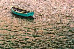 在海湾的小渔船 库存图片