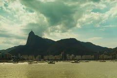 在海湾的小船与基督救世主在背景,里约热内卢中 库存图片