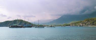 在海湾的小船与山 图库摄影