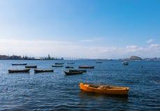 在海湾的小船与桥梁在背景,里约热内卢中 库存照片