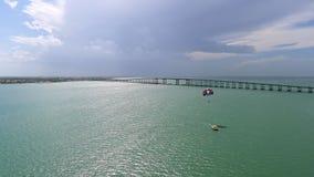 在海湾的小船和parasail 免版税库存照片