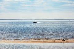 在海湾的小船在一个夏日 免版税图库摄影