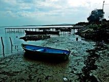 在海湾的小船在一多云天 免版税库存图片