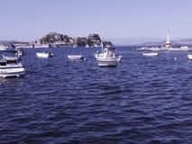 在海湾的小船由在科孚岛希腊海岛上的科孚岛镇  库存照片