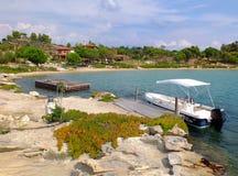 在海湾的小船, Diaporos海岛, Sithonia,希腊 免版税库存图片