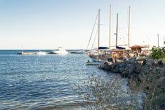 在海湾的小船Nessebar,保加利亚,夏天下午3 免版税图库摄影