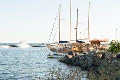 在海湾的小船Nessebar,保加利亚,夏天下午2 免版税库存照片