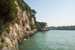 在海湾的峭壁在东海岸 免版税库存照片