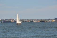 在海湾的帆船 免版税库存图片