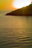 在海湾的惊人的金黄日落 免版税库存图片