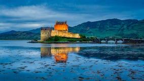 在海湾的惊人的黄昏爱莲・朵娜城堡的,苏格兰 图库摄影