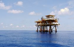 在海湾的抽油装置 免版税库存照片