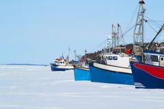 在海湾的拖网渔船 图库摄影