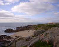 在海湾的教会在阴天 免版税库存图片