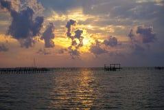 在海湾的日出与码头破坏在Rockport得克萨斯a 免版税库存照片
