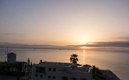 在海湾的日出在科孚岛希腊海岛上的主要镇  免版税库存照片