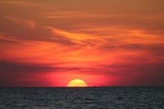 在海湾的橙色日落 免版税库存照片