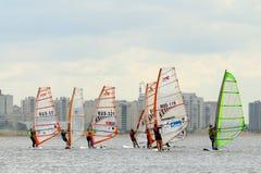 在海湾的水的赛船会 免版税图库摄影