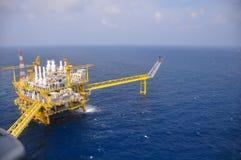在海湾的油和煤气平台或海,世界能量、近海油和船具建筑 库存照片