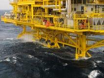在海湾的油和煤气平台或海,世界能量、近海油和船具建筑 免版税图库摄影