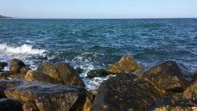 在海湾的海海浪在一多云天 一场小风暴 Polenca和口岸 海在一块大石头的波浪敲打 3d蓝色云彩回报天空星期日 影视素材