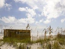 在海湾的海滩棚子 免版税库存图片
