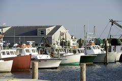 在海湾的渔船怀有小游艇船坞Montauk纽约美国Hamp 免版税图库摄影