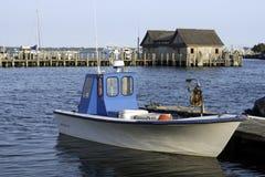 在海湾的渔船怀有小游艇船坞Montauk纽约美国Hampt 库存图片