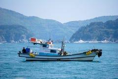 在海湾的渔船船锚在海岛附近在韩国 库存图片