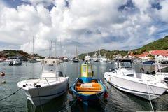 在海湾的游艇与小山 免版税库存图片