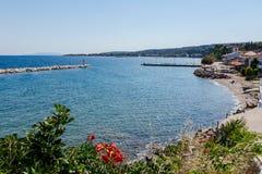 在海湾的看法与人为礁石,反对wa的被围住的海滨 免版税图库摄影