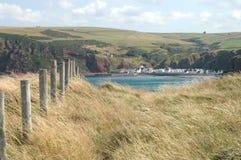 在海湾的看法往Pennan,苏格兰 免版税库存照片