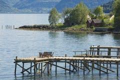 在海湾的码头的椅子在Balestrand,挪威 免版税库存照片