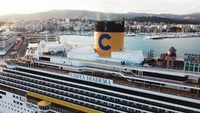 在海湾的美丽的白色巡航划线员,鸟瞰图 ?? 港口、海岸和大游轮的美丽如画的看法 股票录像