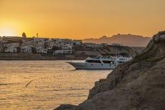 在海湾的船在日落 库存照片