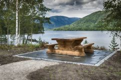 在海湾的长木凳在挪威 免版税图库摄影