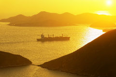 在海湾的集装箱船 免版税图库摄影
