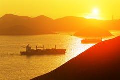在海湾的集装箱船 库存照片