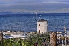 在海湾的风车在科孚岛希腊海岛上的科孚岛镇  免版税库存照片