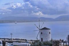 在海湾的风车在科孚岛希腊海岛上的科孚岛镇  库存图片