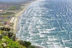 在海湾的鸟瞰图与波浪 库存图片