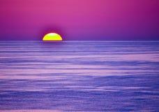 在海湾的紫罗兰色日落 免版税库存照片
