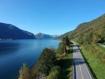在海湾附近的山风景在挪威 免版税库存图片