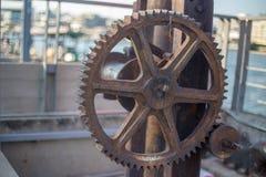 在海湾附近的布朗老金属轮子 免版税图库摄影