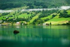在海湾附近的挪威村庄 免版税库存照片