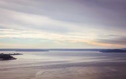 在海湾附近的日落 免版税库存照片
