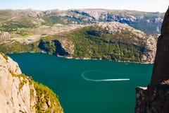 在海湾,挪威的小船乘驾 免版税库存照片