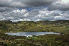 在海湾Boltachan的视图苏格兰高地的 免版税库存照片
